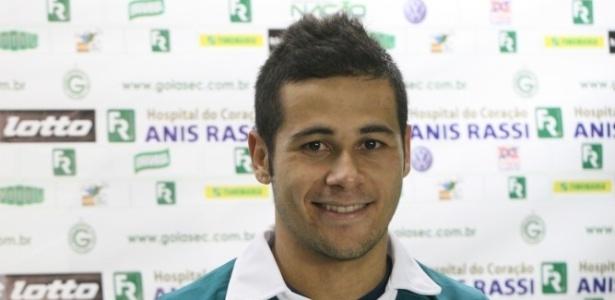 Lateral Bruno Collaço veste a camisa do Goiás durante sua apresentação oficial