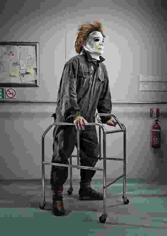 """Para o projeto """"Horror Vacui"""", o fotógrafo italiano Federico Chiesa imaginou como seriam os vilões de clássicos do terror na velhice. A maquiagem fiel dos personagens Carolina Trotta. Na foto, o personagem Mike Meyers, de """"Halloween""""  - Reprodução/Behance/Federico Chiesa"""