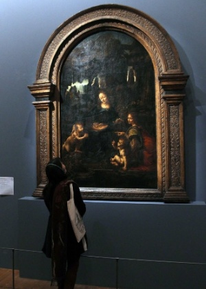"""Visitante observa quadro """"Vierge à l""""enfant avec Saint-Jean Baptiste et un ange"""" no Museu Louvre, na França (23/3/2012) - AFP PHOTO / JACQUES DEMARTHON"""