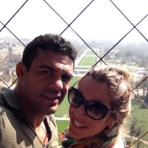 Vitor Belfort e Joana Prado visitam a Torre Eiffel, em Paris