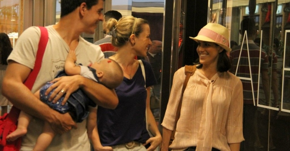 Atriz Fernanda Pontes com o marido e filha encontram a atriz Natália Rodrigues em shopping no Rio de Janeiro. (24/3/2012)