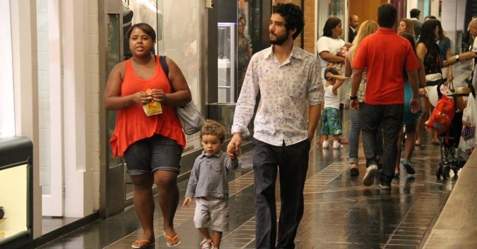Caio Blat leva filho para passear no shopping na tarde de sábado, no Rio de Janeiro. (24/3/2012)