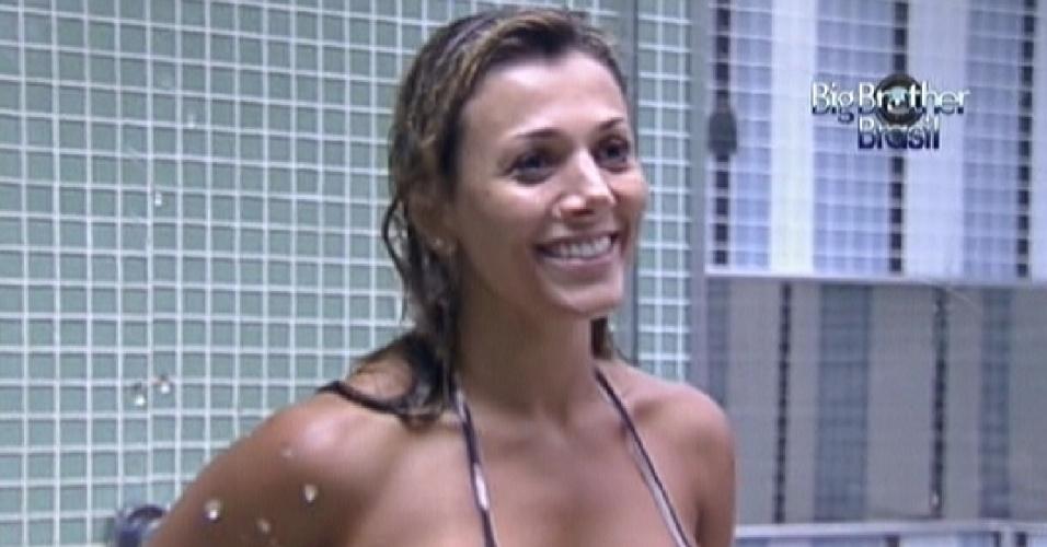 Fabiana dá risada enquanto Fael procura seu chapéu escondido por ela (24/3/12)