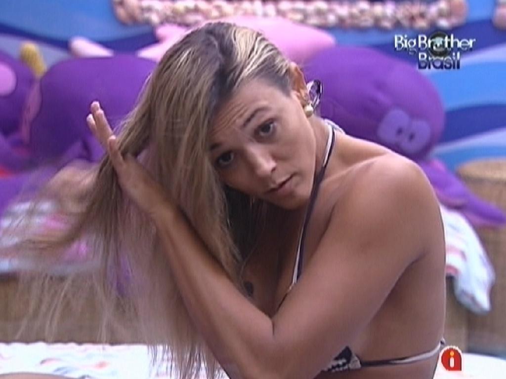 Fabiana desembaraça os cabelos antes de ir tomar banho (24/3/12)