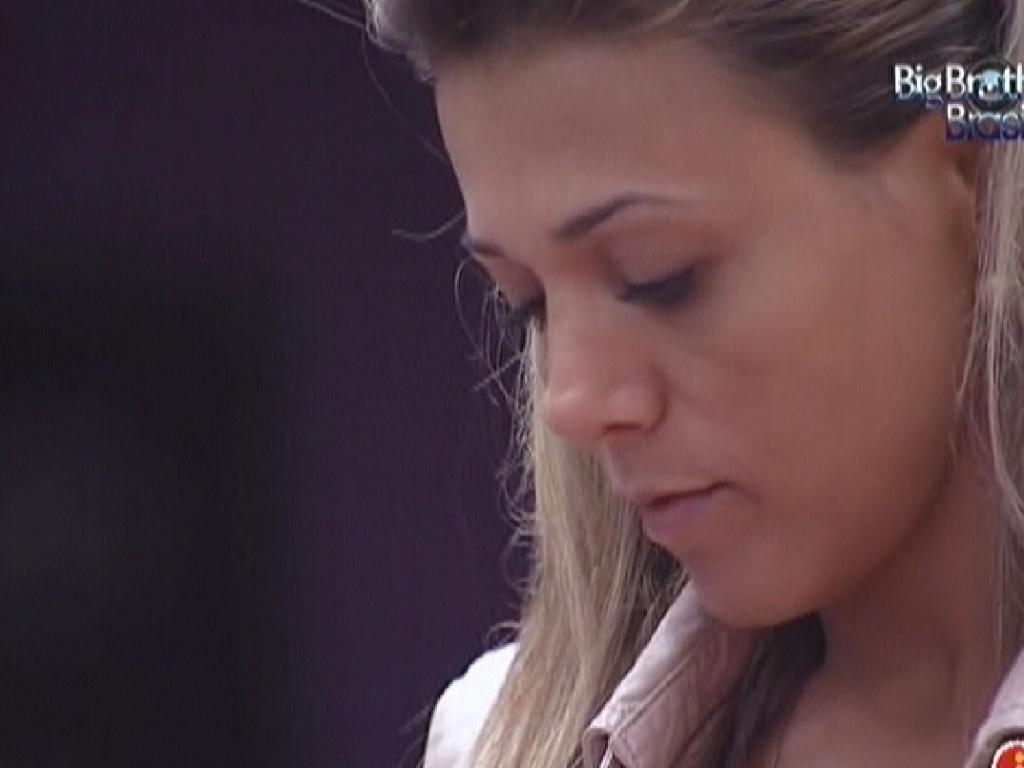 Fabiana fica pensativa e relembra prova do líder (24/3/12)