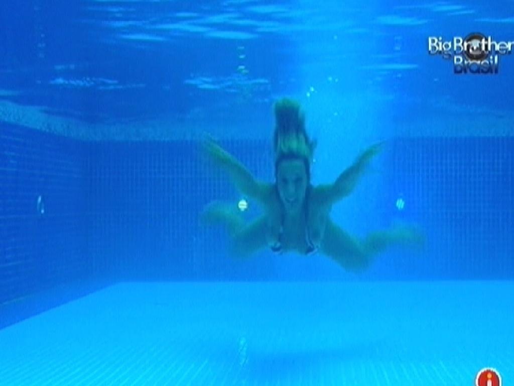 Fabiana nada sozinha na piscina (24/3/12)