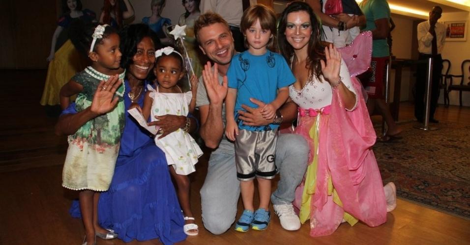 """Glória Maria e as filhas, Cassio Reis e o filho Noah se encontram nos bastidores da peça """"A Fábrica de Chocolate"""", no Rio de Janeiro. (24/3/2012)"""
