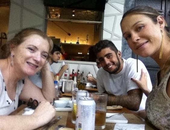 Grávida de nove meses, Luana Piovani posta foto de almoço em família em seu perfil no Twitter. O primeiro filho da atriz é esperado para os próximos dias (24/3/12)