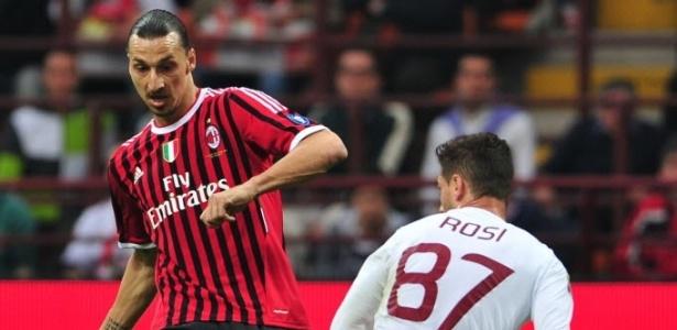 Ibrahimovic, artilheiro do Italiano, tenta passe observado pelo lateral Rosi, da Roma