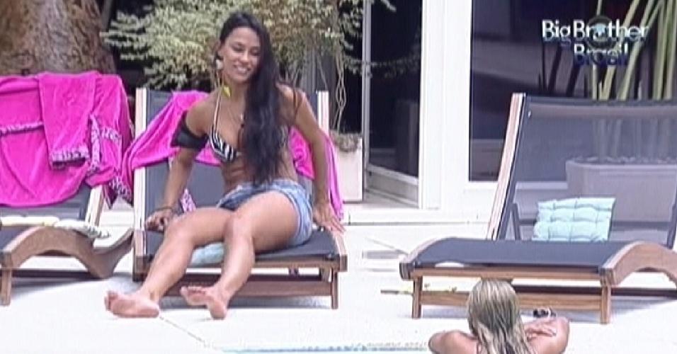 Kelly conversa com Fabiana na área externa (24/3/12)