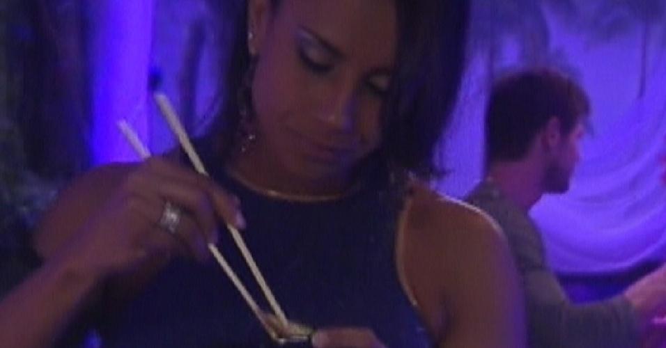 Kelly experimenta comida japonesa durante a festa (24/3/12)