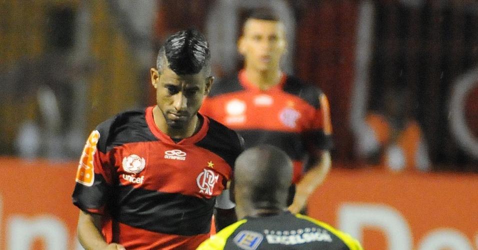 Léo Moura em ação pelo Flamengo na partida contra o Volta Redonda