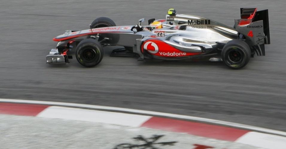 Lewis Hamilton confirmou o domínio da McLaren em Sepang e cravou a pole position para o GP da Malásia