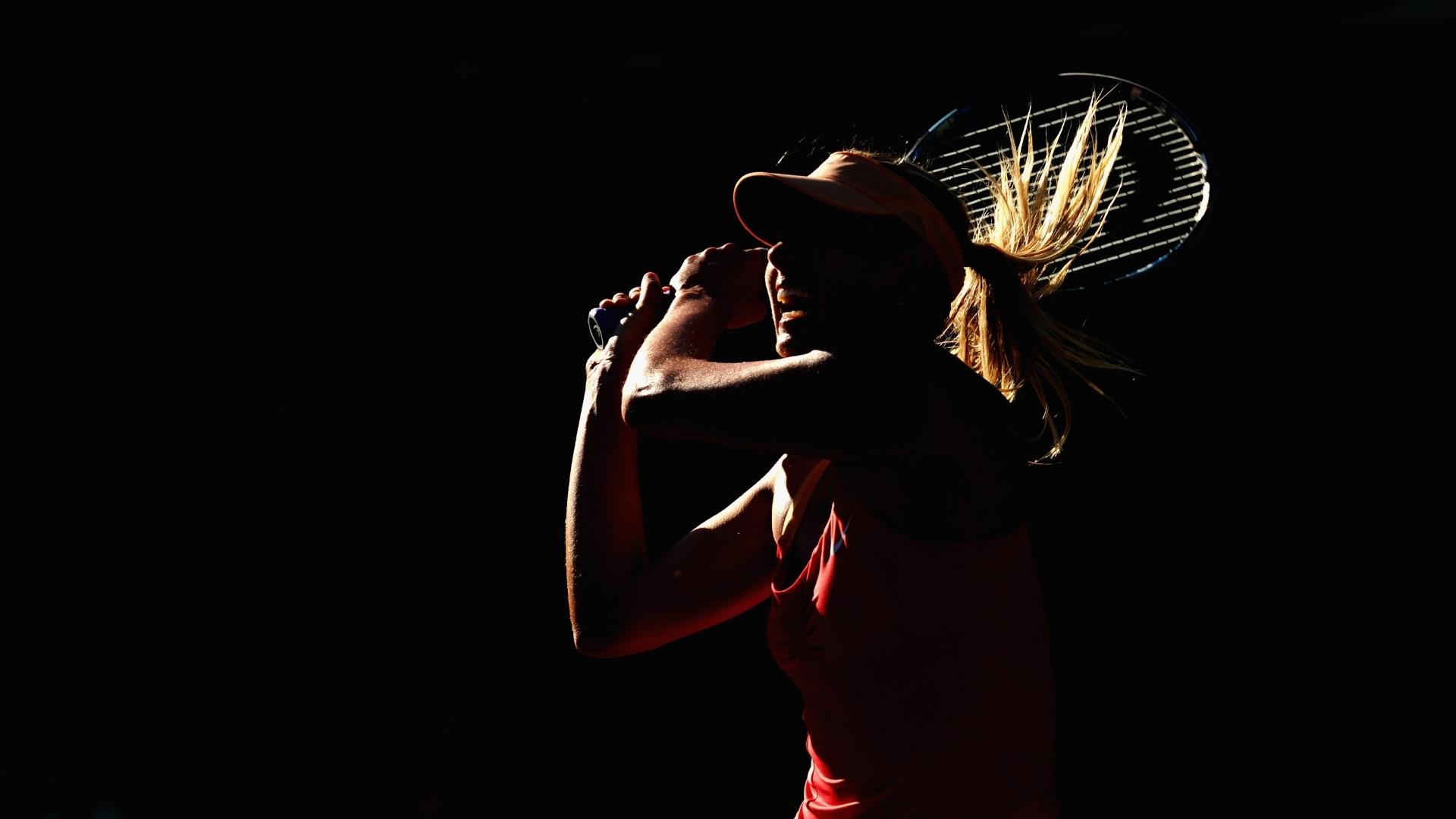 Maria Sharapova em ação durante a partida contra Sloane Stephens