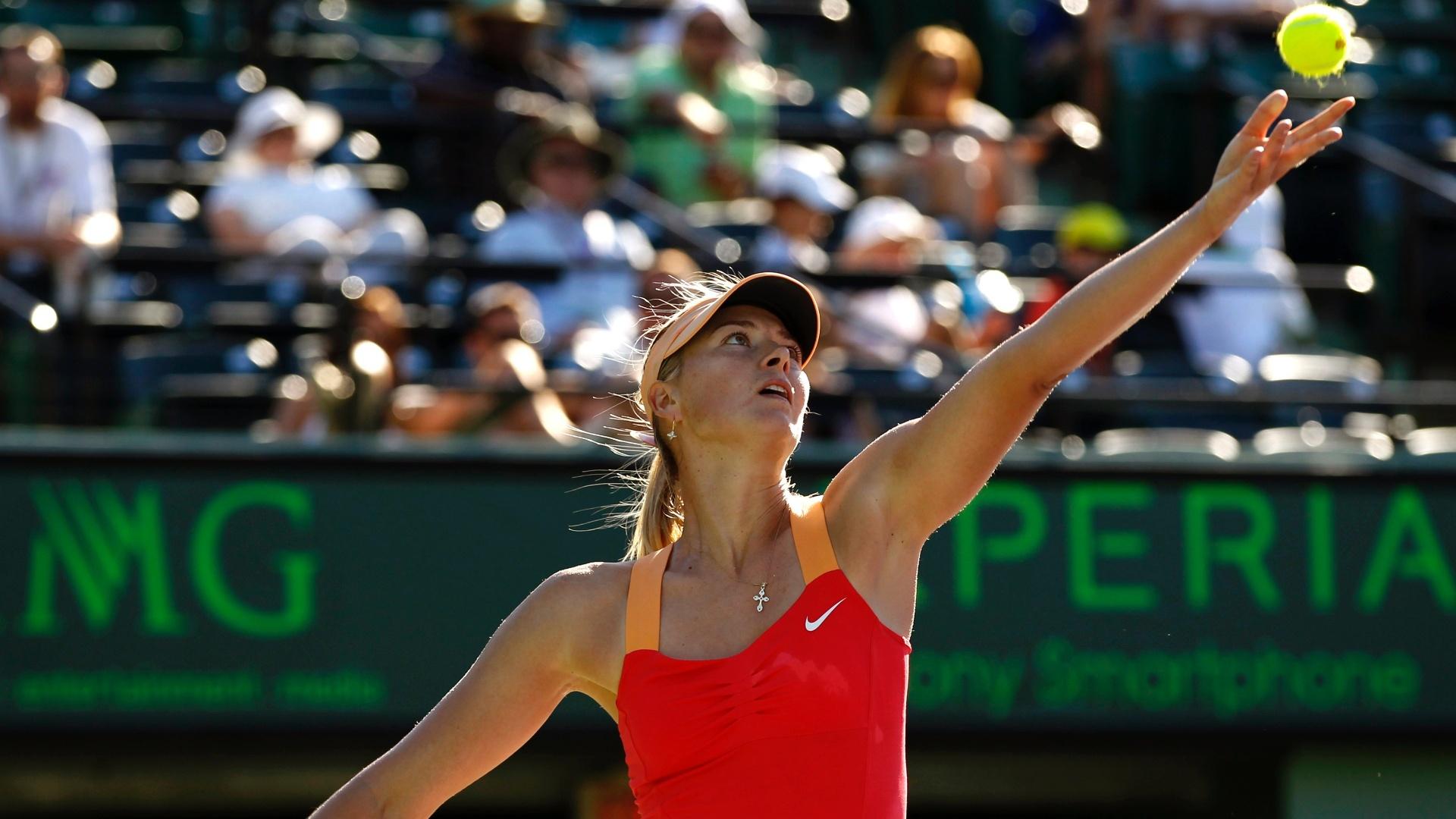 Maria Sharapova se prepara para sacar durante a partida contra Sloane Stephens