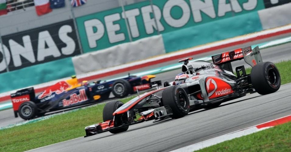 McLaren de Jenson Button anda à frente da Red Bull de Mark Webber no último treino livre antes da classificação do GP da Malásia