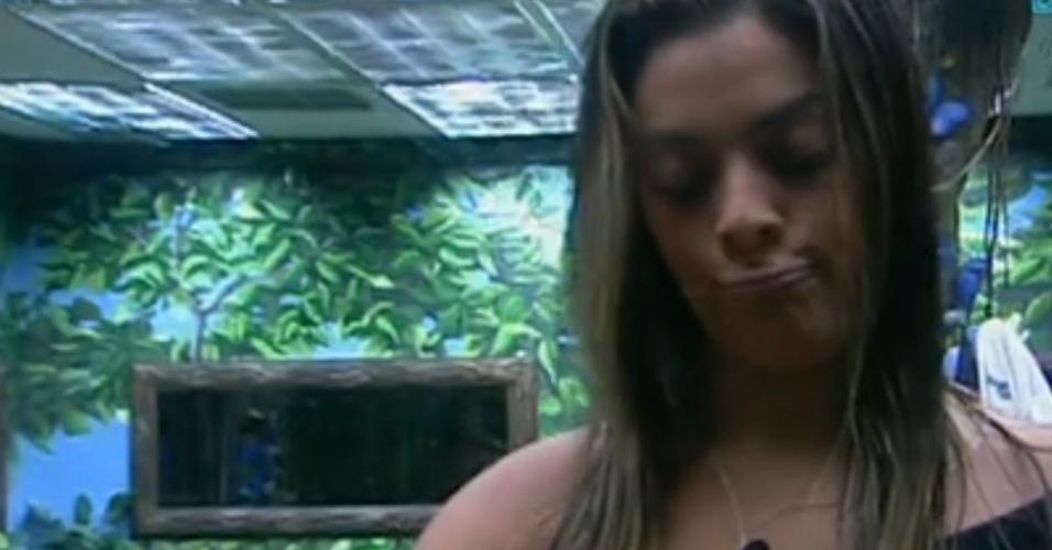 Monique se arruma sozinha no quarto Selva (24/2/12)