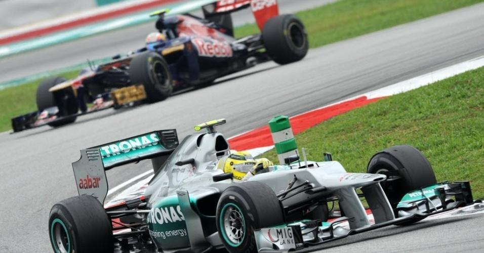 Nico Rosberg faz curva durante o último treino livre antes da classificação para o GP da Malásia
