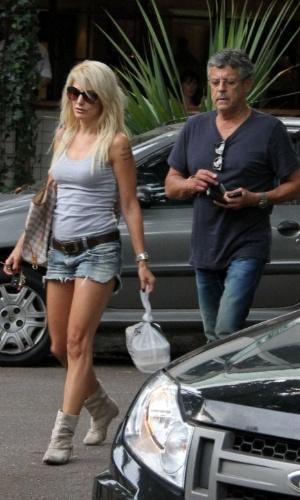 O diretor Marcos Paulo e sua esposa Antonia Fontenelle curtem o sábado no Rio de Janeiro. (24/3/2012)