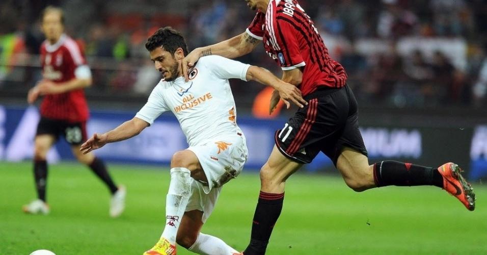 O meia da Roma, Marquinho, ex-Fluminense, tenta passar pelo sueco Ibrahimovic