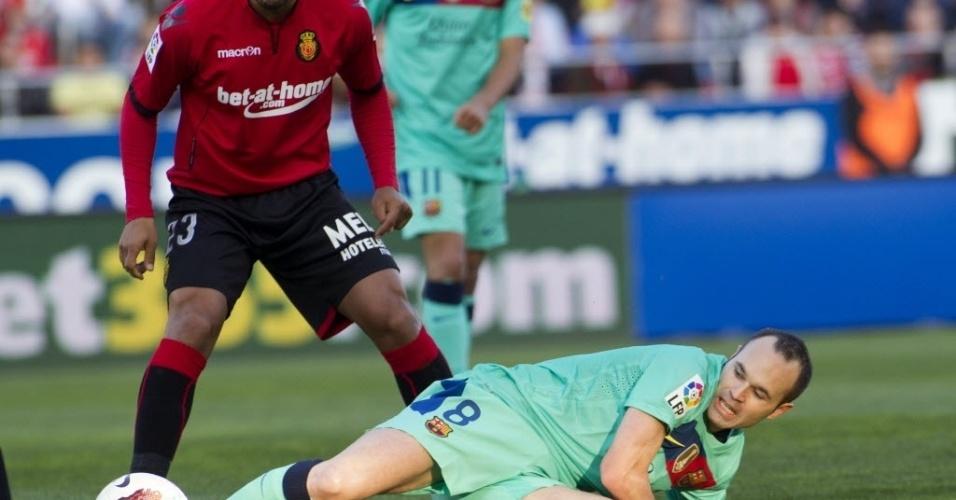 O meia do Barcelona, Iniesta briga pela bola ao cair no gramado