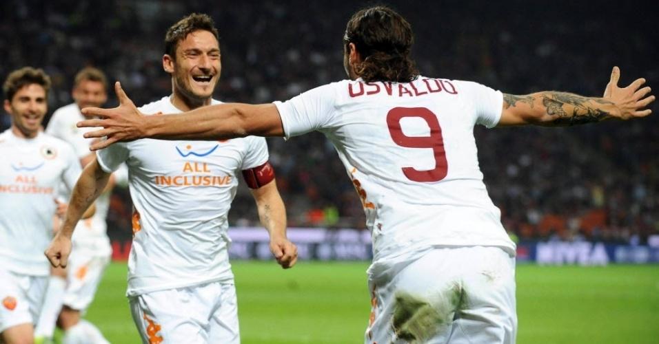 Osvaldo comemora seu gol com o capitão Francesco Totti