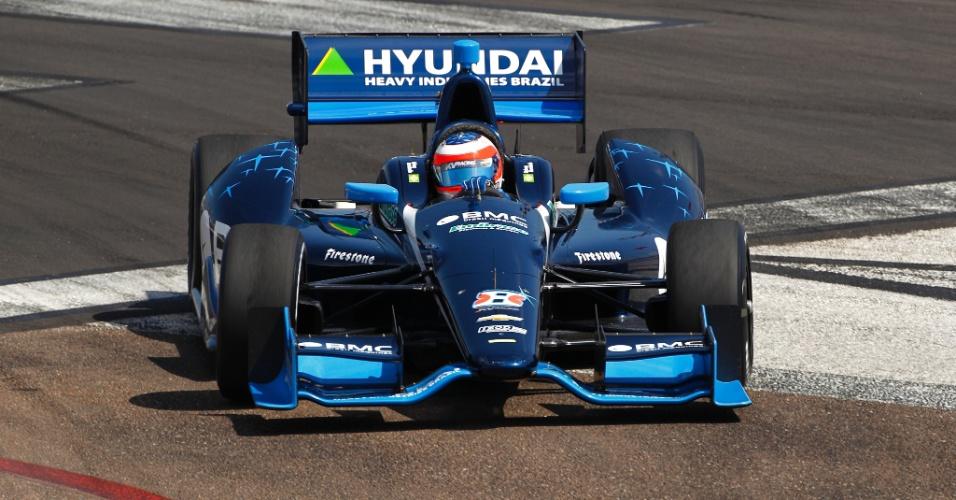 Rubens Barrichello pilota em treino no circuito de St. Petersburgo; brasileiro larga em 13º em sua estreia na Indy
