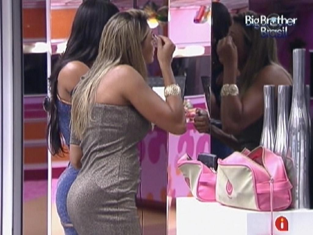 Vestidas para festa desta noite, Fabiana (à frente) e Kelly se maquiam no espelho da sala (24/3/12)