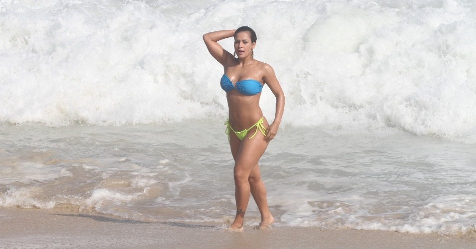 A musa do MMA, Lucilene Caetano curte praia no Rio (25/3/2012). A modelo exibiu a boa forma usando um biquíni fio dental