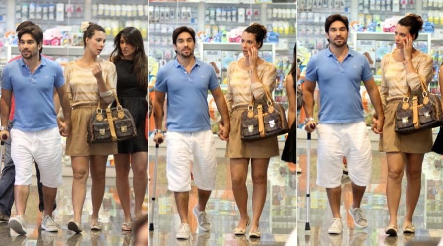 Camila Rodrigues passeia em shopping da zona oeste do Rio (25/3/2012)