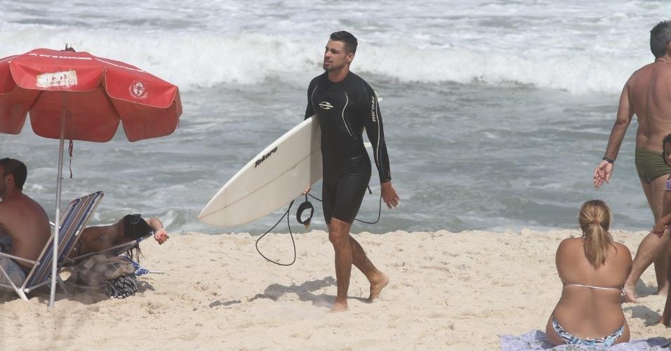 Cauã Reymond surfa na Prainha, praia localizada na zona oeste do Rio (25/3/2012). O ator é casado com Grazi Massafera