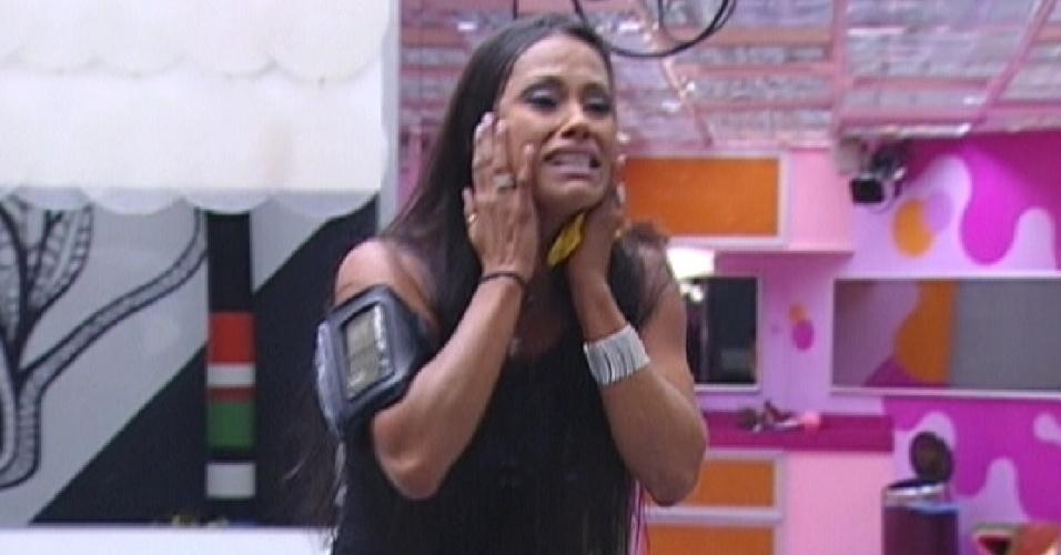 Chorando, Kelly pediu desculpa por ter ficado tão emocionada (25/3/12)