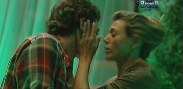 Durante festa, Fael pergunta se Fabiana ainda gosta dele (25/3/12)