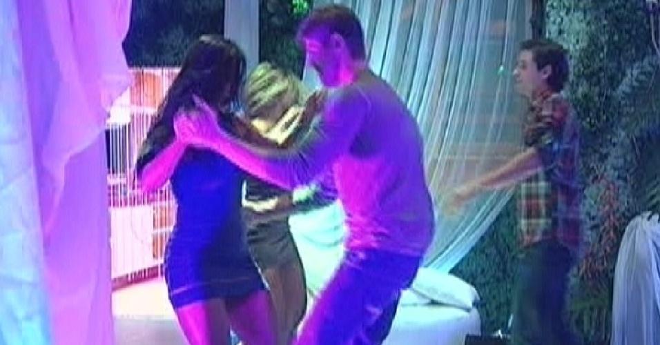 Emparedados, Kelly e Jonas dançam juntos na festa (24/3/12)