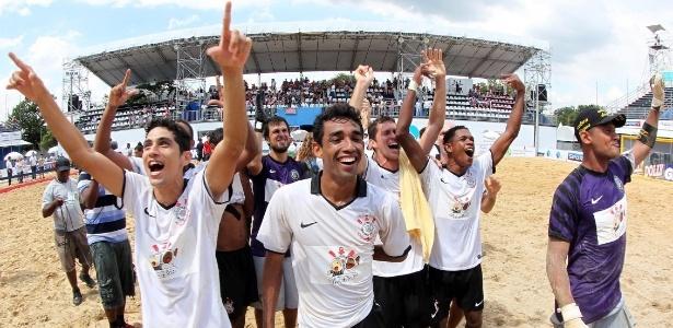 Equipe do Corinthians comemora o título do Campeonato Brasileiro de beach soccer