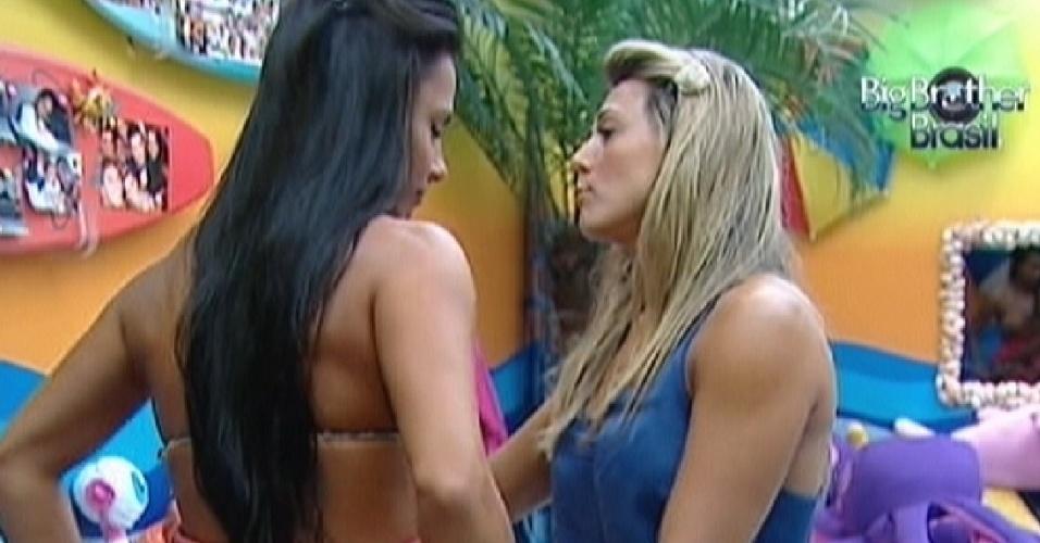 Fabiana ajuda Kelly a colocara o vestido (25/3/12)