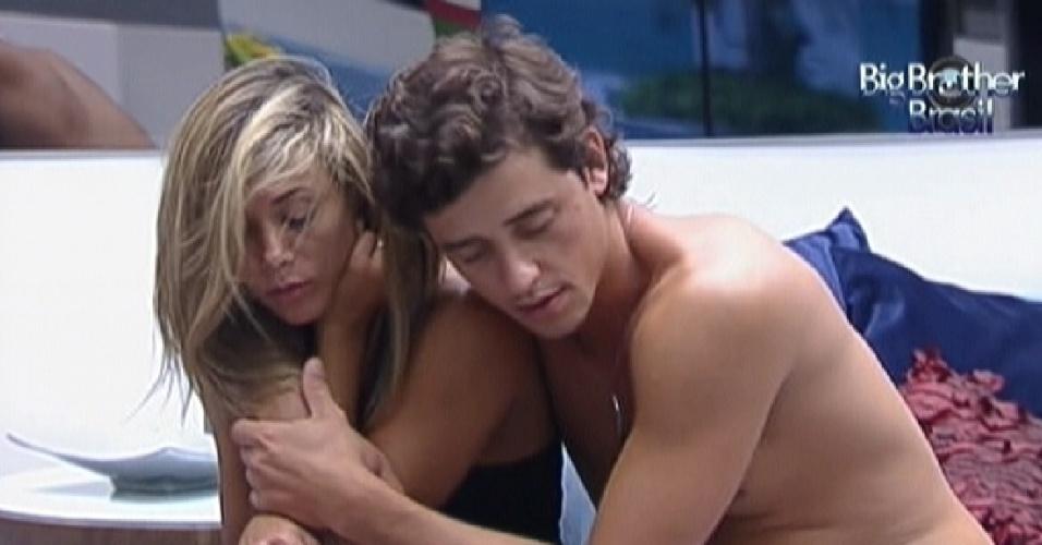 Fabiana e Fael se abraçam ao acordar (25/3/12)