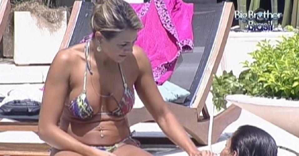 Fabiana e Kelly aproveitam o domingo ensolarado na piscina (25/3/12)