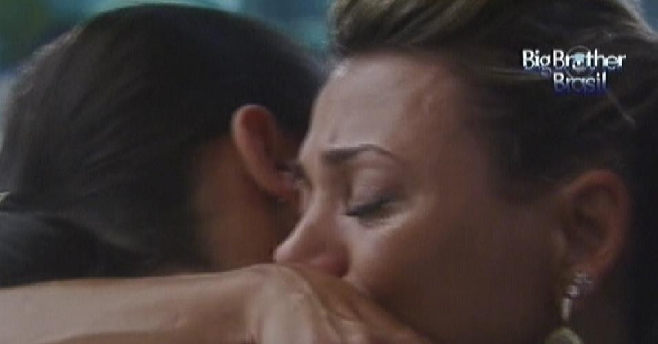Fabiana e Kelly choram abraçadas no jardim da casa (25/3/12)