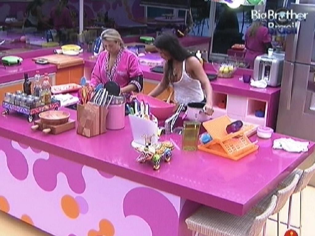 Fabiana e Kelly começam a preparar o almoço deste domingo (25/3/12)