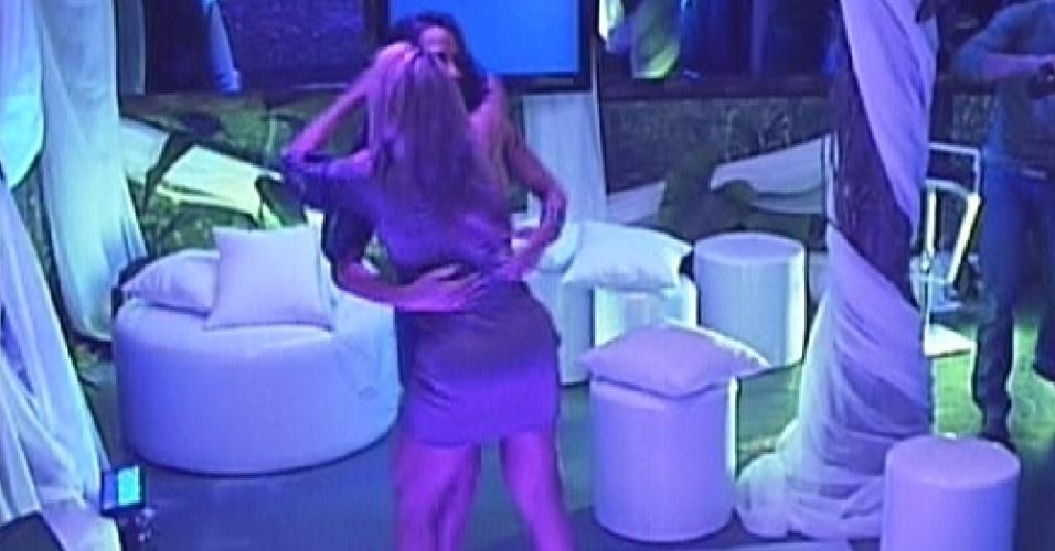 Fabiana e Kelly dançam abraçadas na Festa na Selva