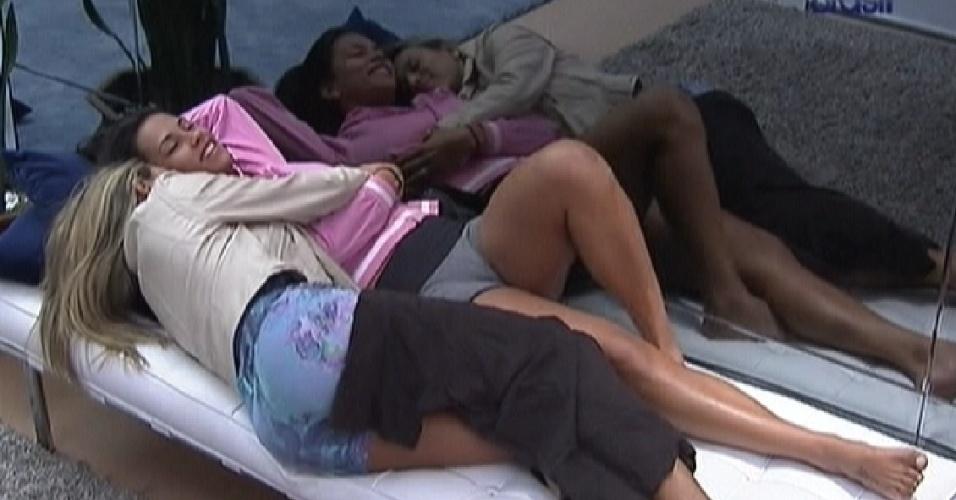 Fabiana e Kelly deitam abraçadas no sofá (25/3/12)
