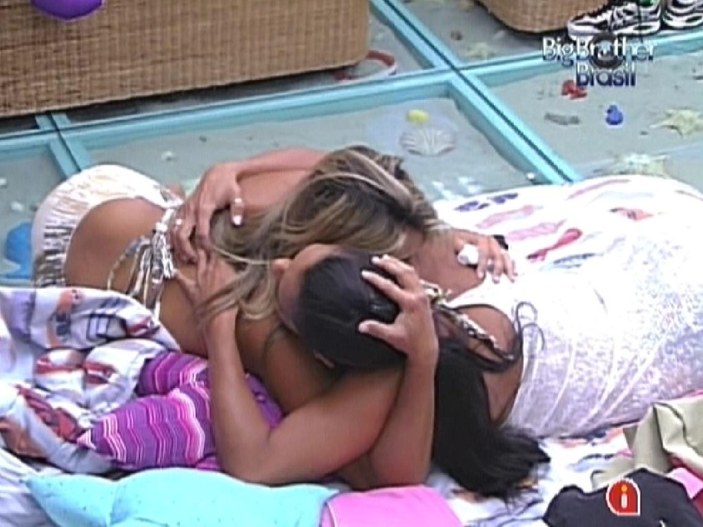 Fabiana (esq.) chora com medo de Kelly (dir.) ser eliminada no programa desta noite (25/3/12)