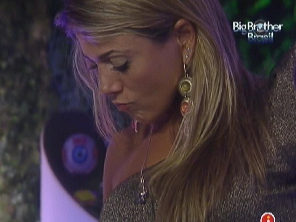 Fabiana faz bico enquanto escolhe o que comer na Festa na Selva (24/3/12)