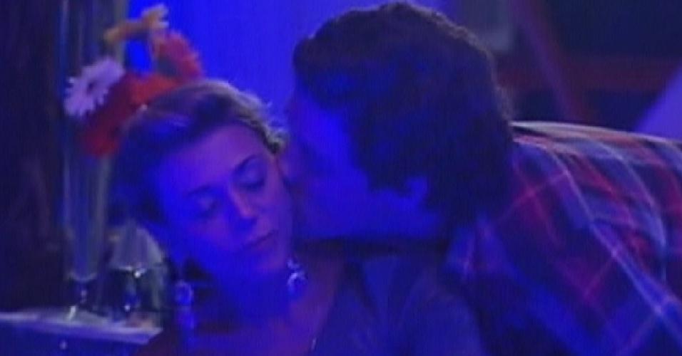 Fael dá um beijo no rosto de Fabiana e pergunta se ela ainda gosta dele (25/3/12)