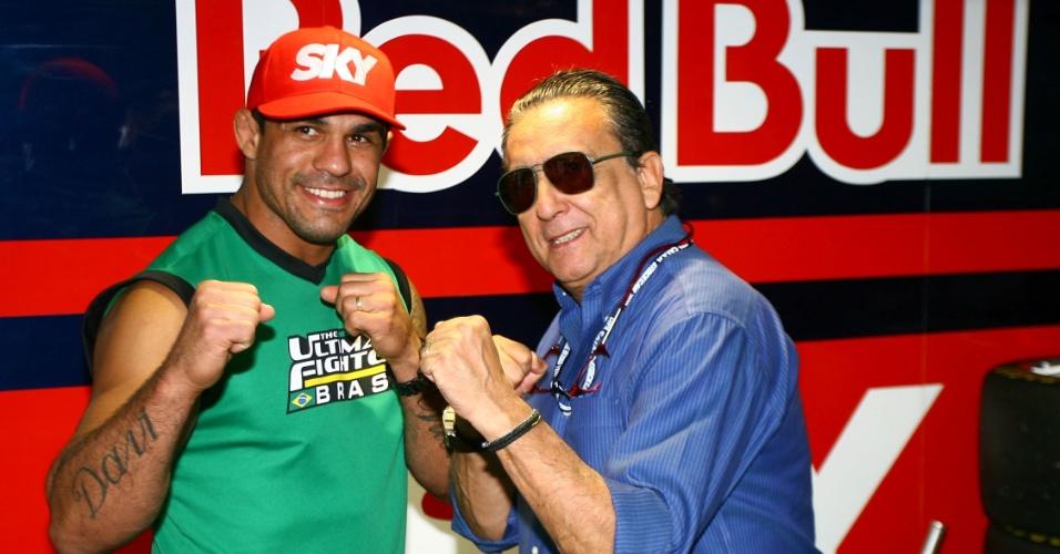 Galvão Bueno faz pose de lutador ao lado de Vitor Belfort durante abertura da Stock em Interlagos