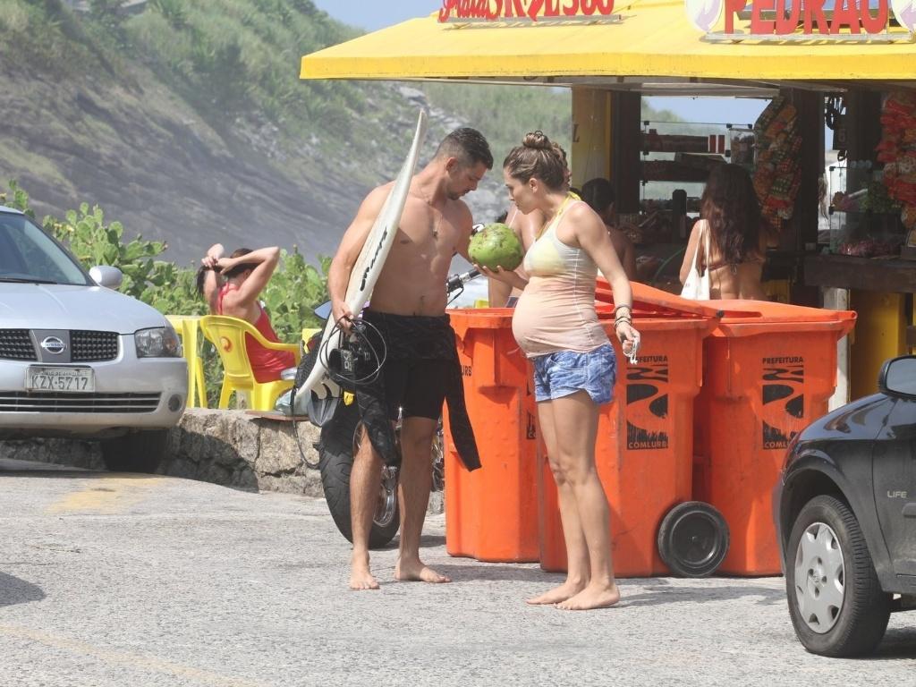 Grazi Massafera e Cauã Reymond curtem praia na zona oeste do Rio (25/3/2012). A atriz está grávida do primeiro filho do casal