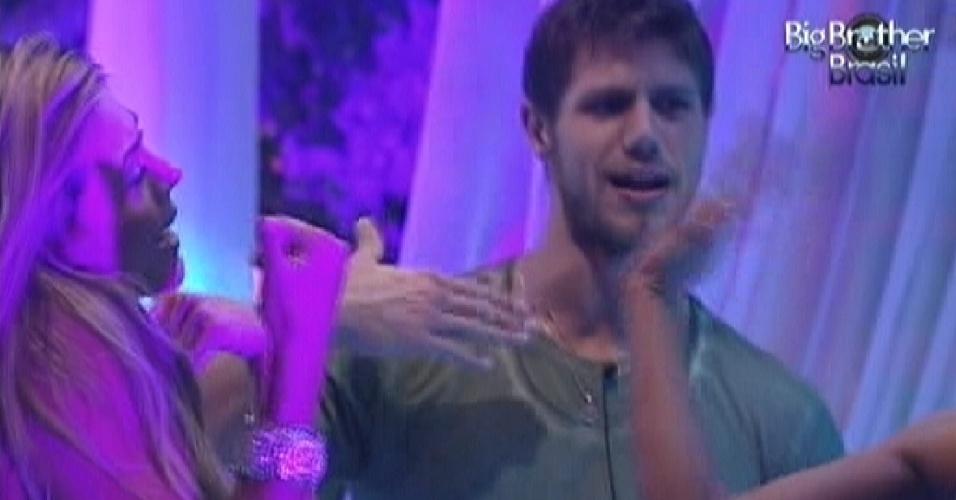 Jonas canta com Fabiana na festa (25/3/12)