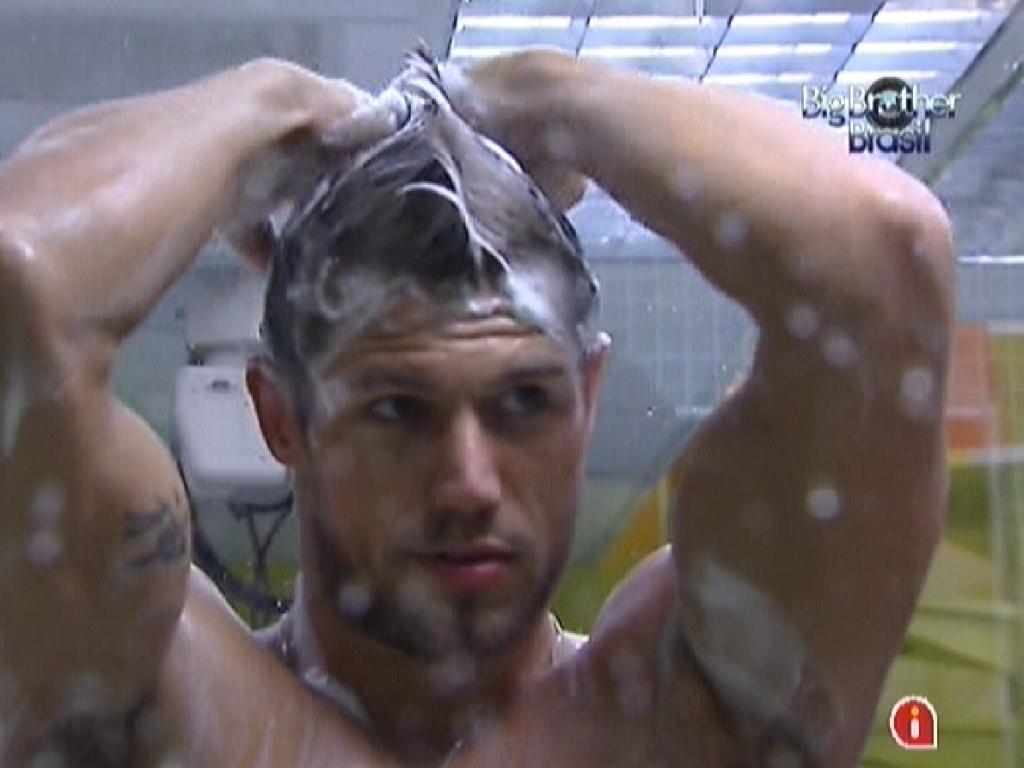 Jonas faz penteado moicano no banho (25/3/12)