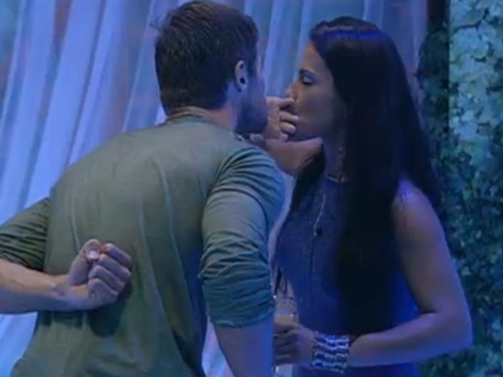Jonas fez bico e tentou beijar Kelly, mas mineira se afastou e beijou aliança (25/3/12)